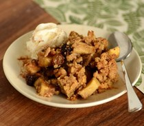 Apple cinnamon crumble with raisins
