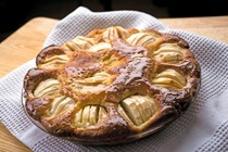 Apple kuchen with honey and ginger