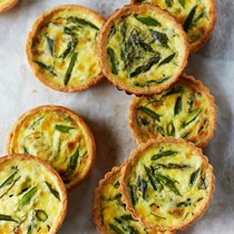 Asparagus quiches with mint