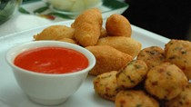 Black-eyed bean fritters with dipping sauce (Akara with red kosayi)