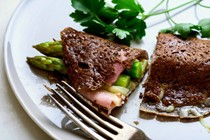 Buckwheat crepes with asparagus, ham and Gruyère