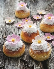 Cardamom buns with almond filling