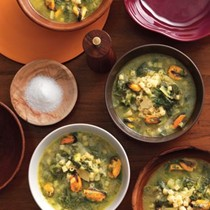 Escarole and broccoli rabe soup with ditalini pasta and mussels (Minestrone di scarola, cime di rapa, patate e cozze)