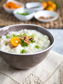 Filipino rice porridge (Arroz caldo)