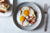 Fried eggs with wine vinegar [Roger Vergé]