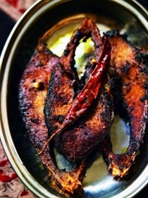 Fried tamarind fish (Tatul ilish bhaja)