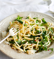 Garlic butter pasta with asparagus and peas