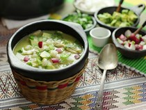 Green Mexican hominy and chicken soup (Pozole verde de pollo)
