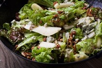 Green salad with pears, pecans and blue cheese