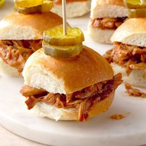 Honey & ale pulled chicken sliders