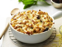 Macaroni cheese with olives