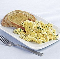 Mascarpone scrambled eggs with garlic toasts