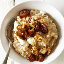 Oatmeal with goat cheese, dates, walnuts and honey