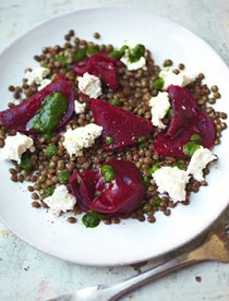 Puy lentil salad with goat's cheese, beetroot and a dill vinaigrette (Lentilles du Puy avec un fromage de chèvre, betteraves et une vinaigrette d'aneth)