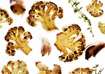 Roasted cauliflower with onion, garlic, and thyme (Cavolfiore arrostito con cipolla, aglio, e timo)