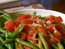 Sautéed green beans with tomatoes and basil