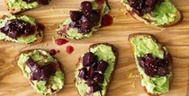 Smashed avocado and roasted beet crostini (Crostini con barbabietole arrostite ed avocado)