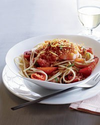 Spaghetti with shrimp, tomatoes and chile crumbs
