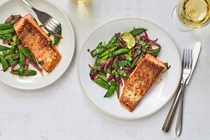 Spiced salmon with sugar snap peas and red onion