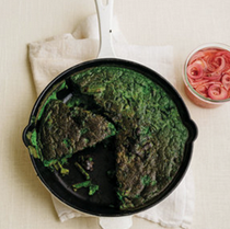 Spinach frittata with spinach, asparagus and quick-pickled red onion