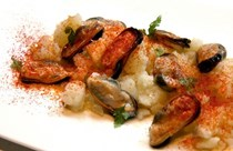 Steamed mussels with bay leaf, pimenton and potato (Mejillones a la Gallega)