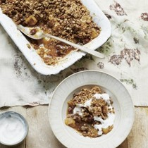 Winter-spiced pear and apple crumble